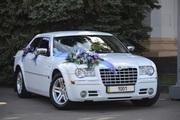 Свадебный автомобиль Chrysler 300C белого цвета с розовым отливом